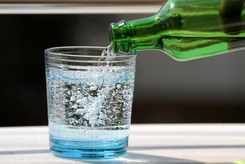 コップ一杯の炭酸水